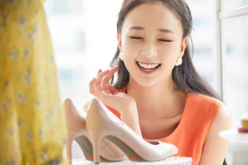 笑顔で靴を選ぶ女性