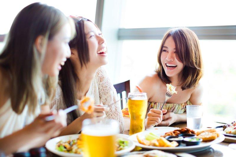 食事をしながら談笑中の女性たち