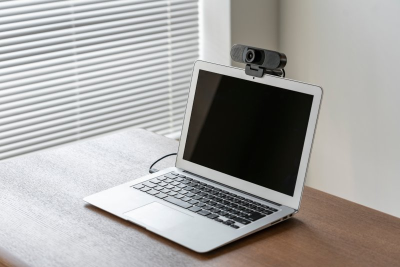 webカメラを付けたノートパソコン